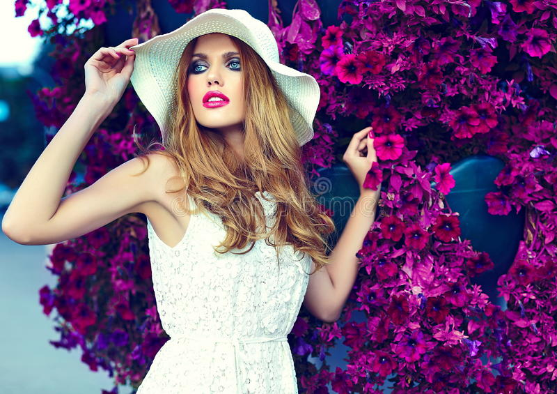 美丽的性感的时髦的白肤金发的式样近的明亮的花 免版税图库摄影