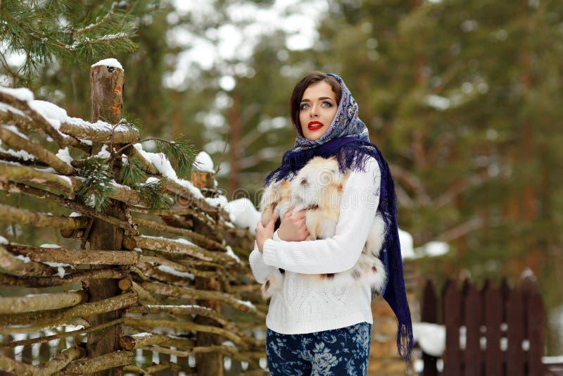 美丽的性感的深色的女孩画象一条蓝色围巾的在 免版税库存照片