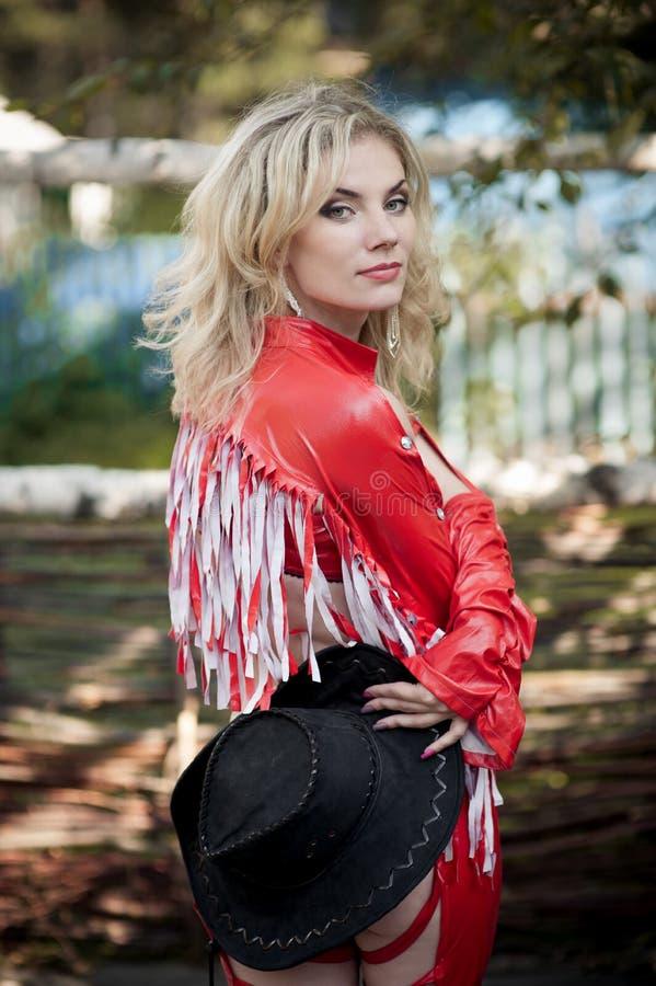 美丽的性感的白肤金发的女牛仔 免版税库存照片