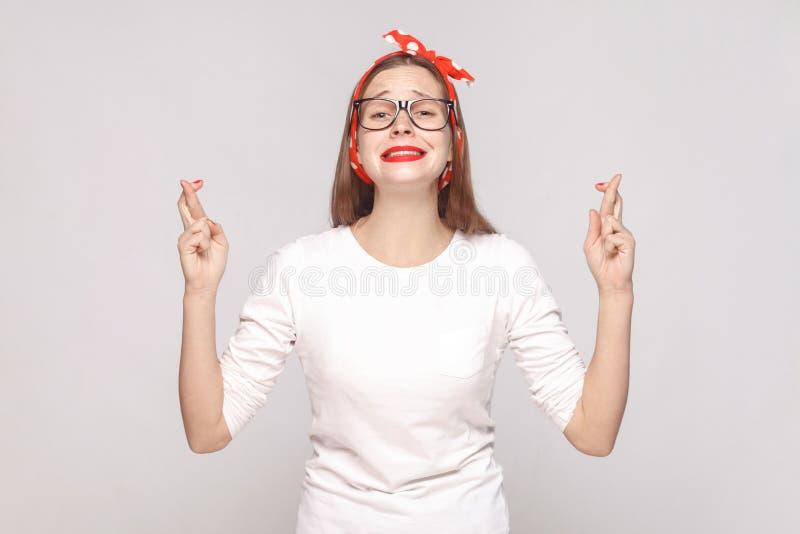 美丽的情感少妇有希望的画象白色实验装置的 库存图片