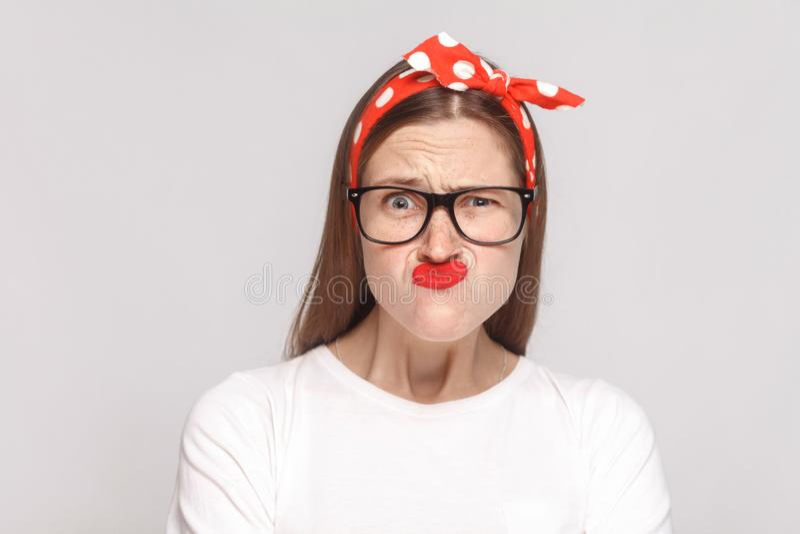 美丽的情感少妇疯狂的想知道的滑稽的画象  免版税库存图片