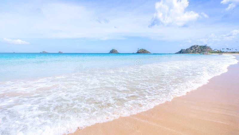 美丽的惊人的金子与软的波浪的色的沙滩与晴朗的天空蔚蓝 热带镇静旅游业想法的概念, 免版税库存照片