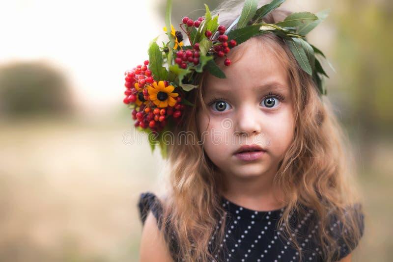 美丽的愉快的孩子夏天室外画象  库存图片