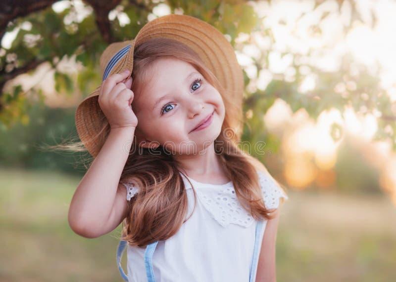 美丽的愉快的孩子夏天室外画象  免版税库存图片