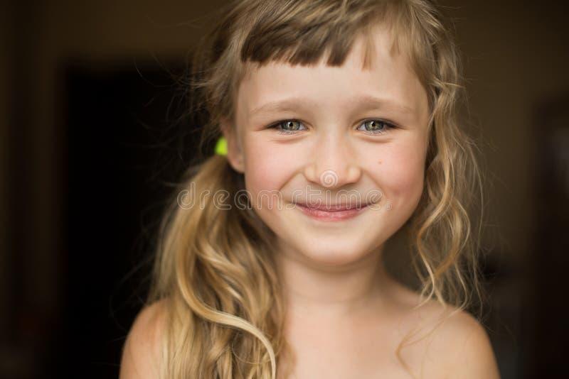 美丽的愉快的小女孩画象  免版税库存图片