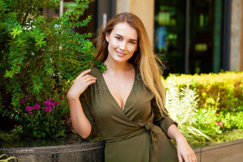美丽的愉快的纵向妇女年轻人 免版税库存图片