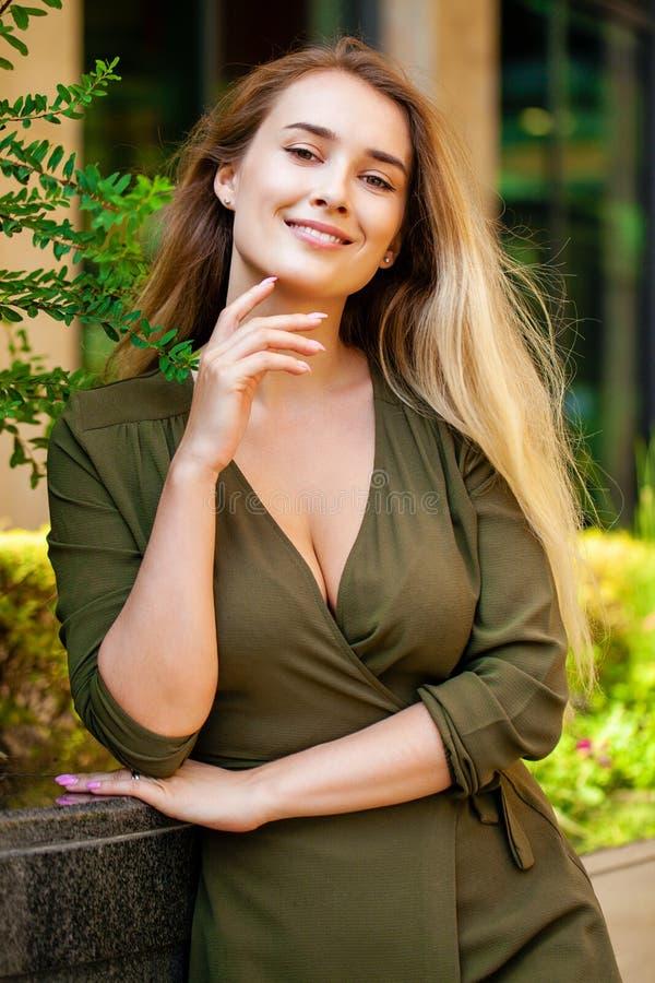 美丽的愉快的纵向妇女年轻人 库存照片