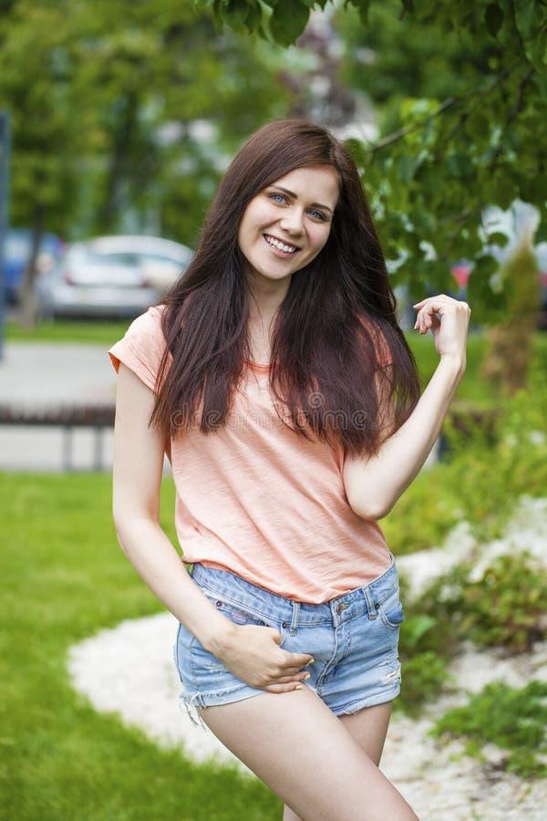 美丽的愉快的纵向妇女年轻人 免版税图库摄影