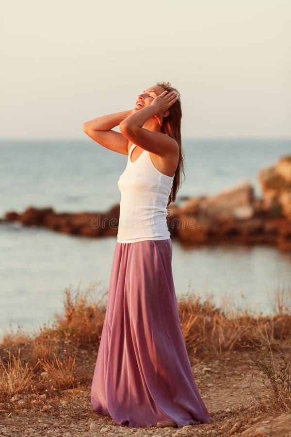 美丽的愉快的纵向妇女 免版税库存照片