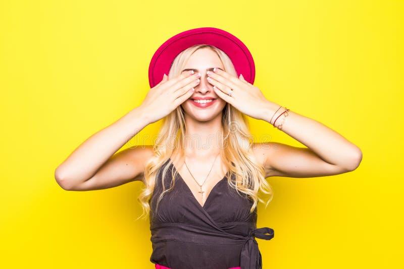 美丽的愉快的逗人喜爱的微笑的白肤金发的妇女女孩在偶然五颜六色的行家黄色夏天穿衣与在白色嘘隔绝的红色嘴唇 免版税库存图片