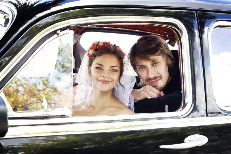 美丽的愉快的年轻新娘和新郎 免版税库存照片