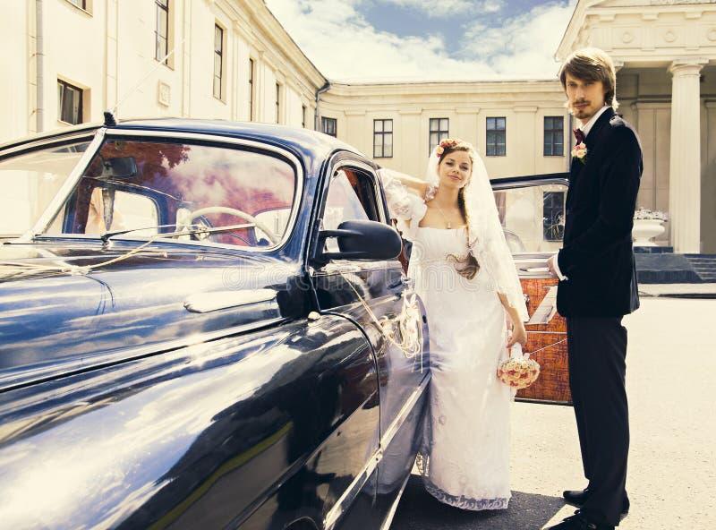 美丽的愉快的年轻新娘和新郎 库存图片