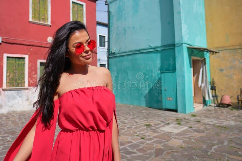 美丽的意大利妇女室外在老镇的街道上 库存照片
