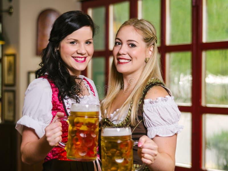 美丽的慕尼黑啤酒节女服务员用啤酒