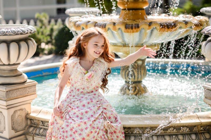 美丽的户外女孩年轻人 图库摄影