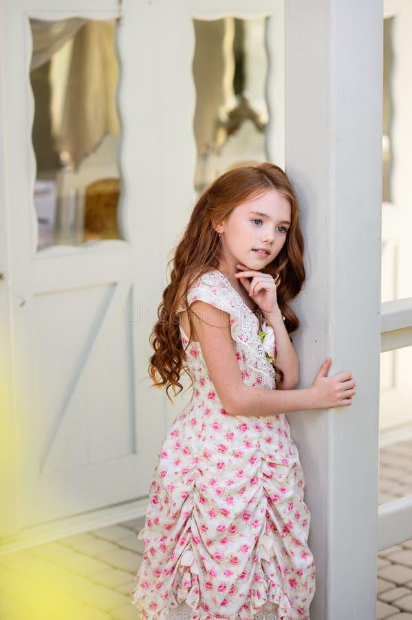美丽的户外女孩年轻人 免版税图库摄影