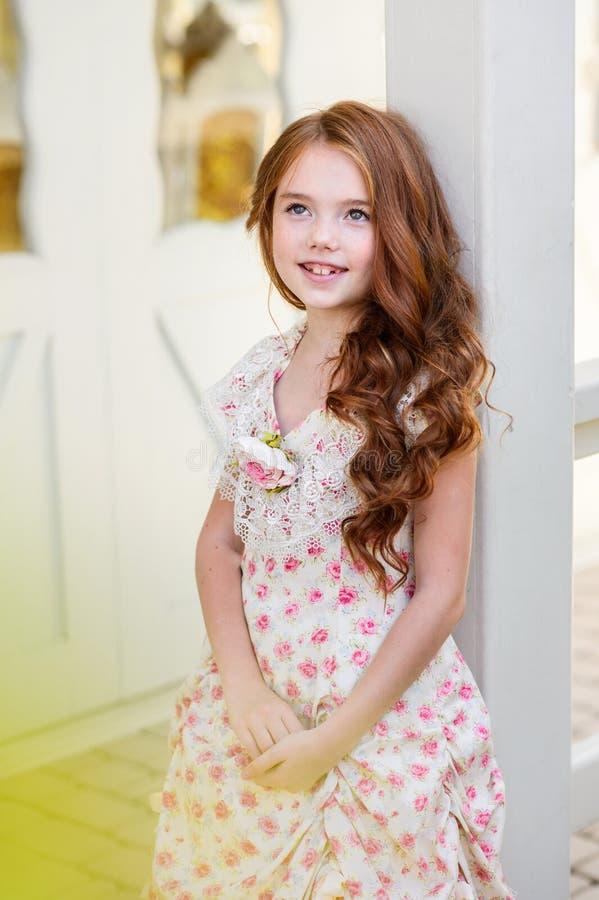 美丽的户外女孩年轻人 免版税库存照片