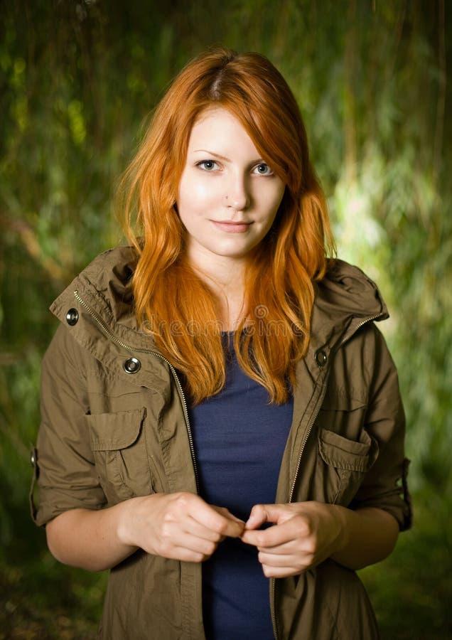 美丽的户外女孩红头发人年轻人 库存照片