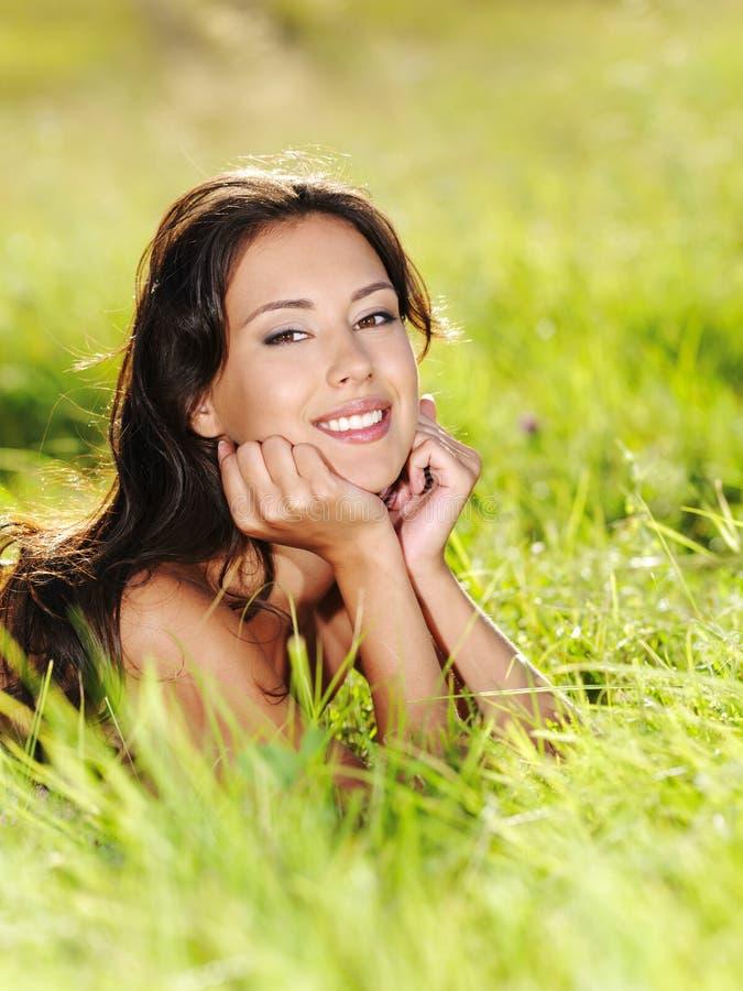 美丽的户外微笑的妇女年轻人 免版税图库摄影