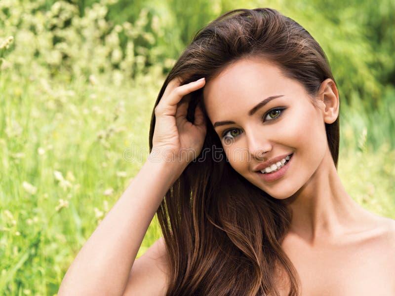 美丽的户外微笑的妇女年轻人 库存图片