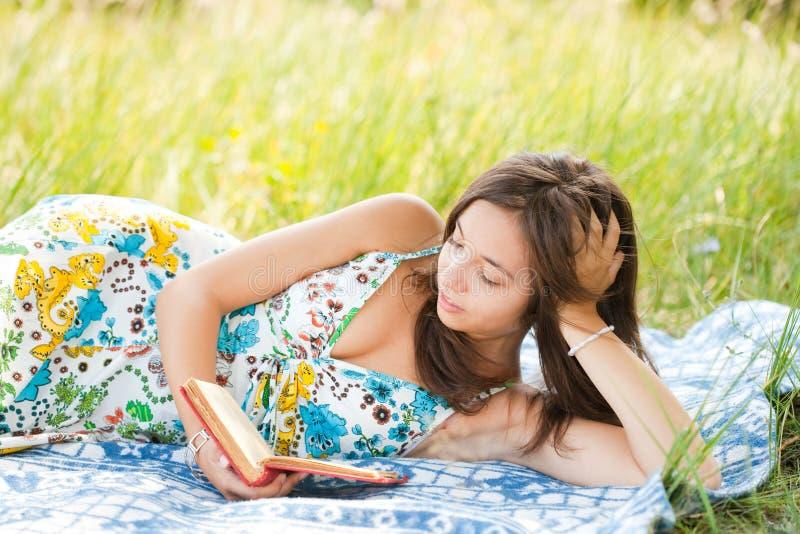 美丽的户外读取妇女 图库摄影
