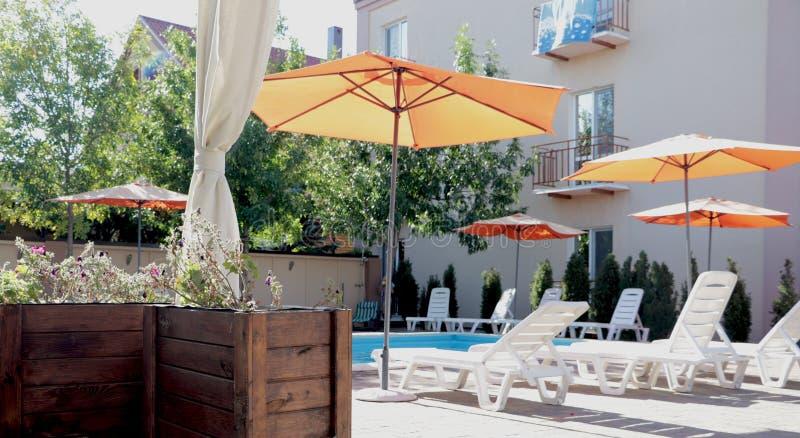美丽的房子,从游廊的游泳池视图,夏日 免版税库存图片