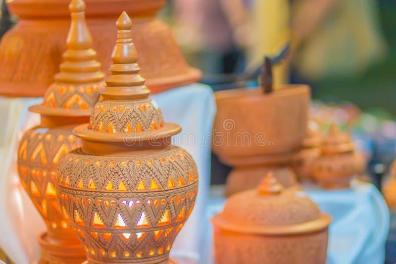 美丽的手工制造在泰国` s样式样式的黏土陶瓷灯 陶器有泰国样式纹理的瓦器灯 免版税库存照片
