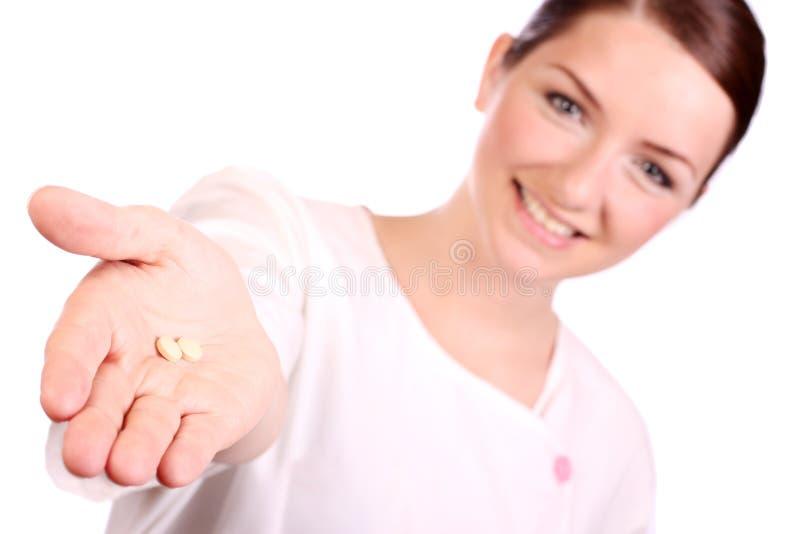 美丽的护士提供的药片二