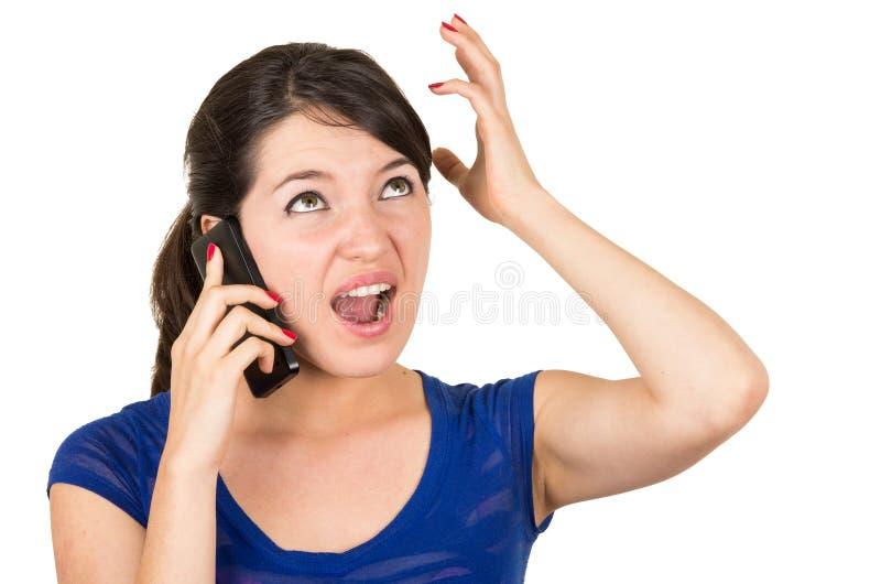 美丽的拉丁女孩谈话在她的细胞 免版税库存图片