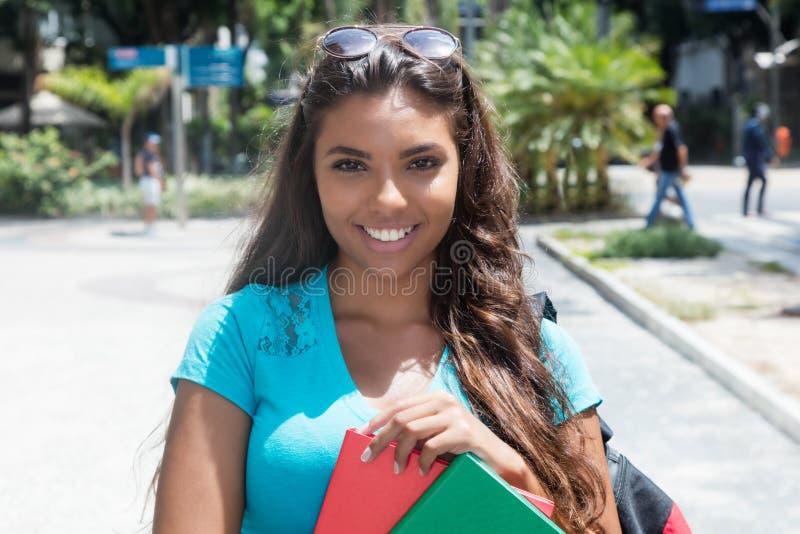 美丽的拉丁美洲的女学生 库存图片