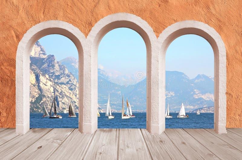 美丽的拱廊,葡萄酒墙壁有湖视图对帆船和 图库摄影
