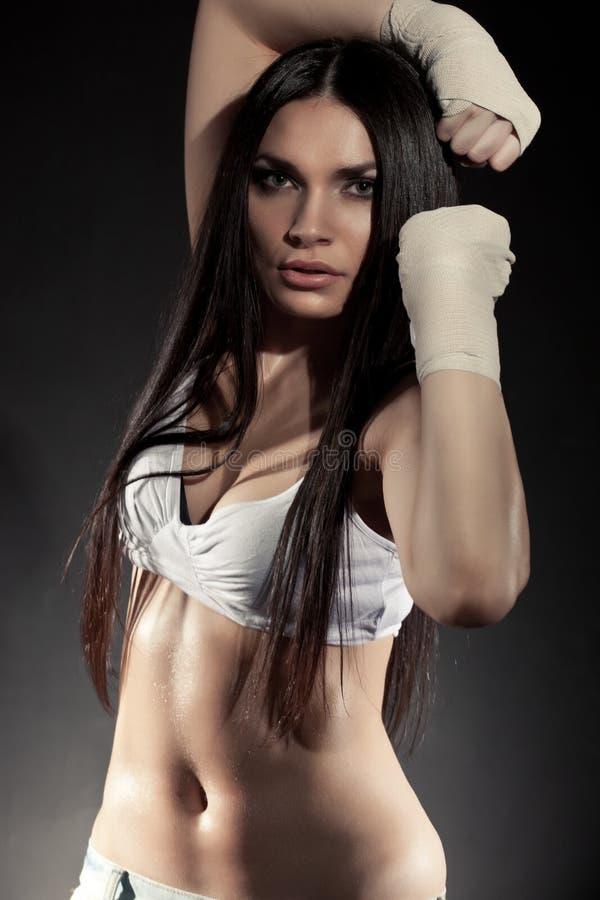 美丽的拳击手纵向妇女 免版税库存图片