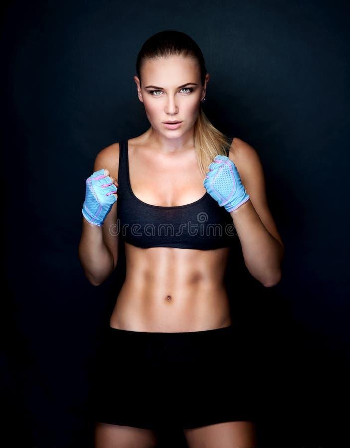 美丽的拳击手女孩 免版税库存图片