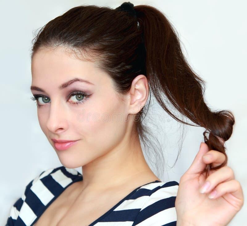 美丽的挥动的少妇藏品头发 免版税库存照片