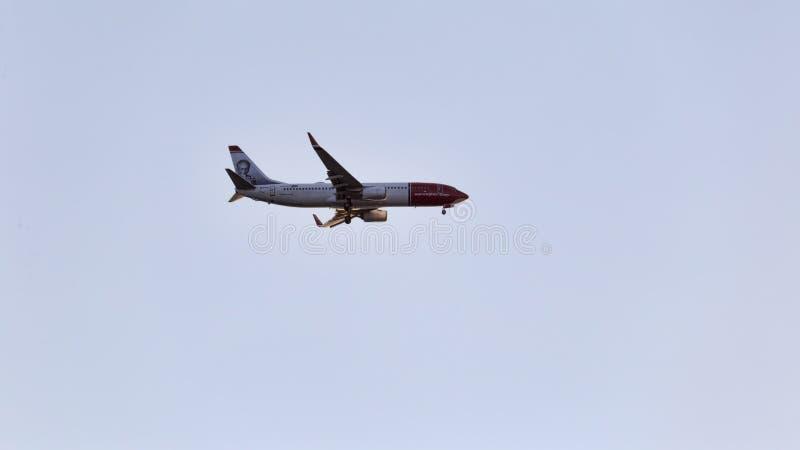 美丽的挪威人 com s飞机式样波音737-800准备好对登陆在菲乌米奇诺国际机场在罗马 免版税库存照片