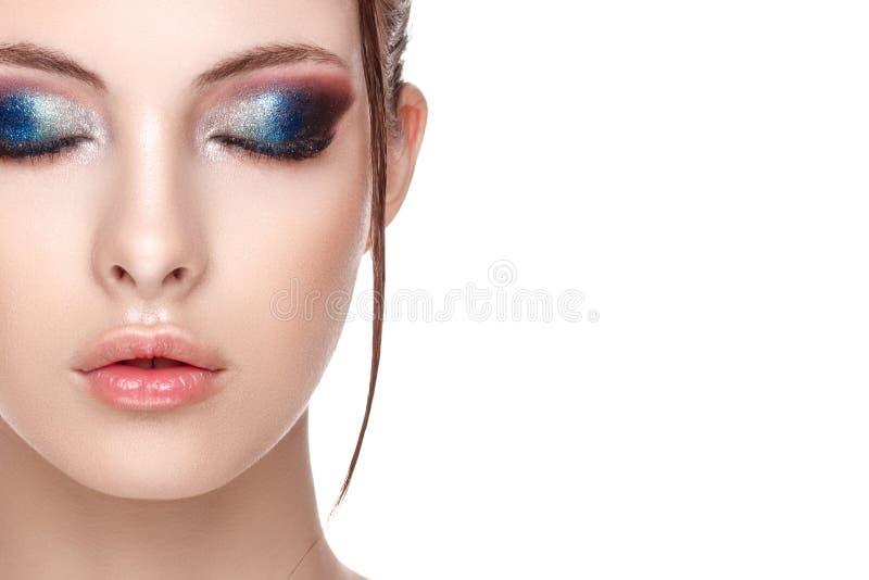美丽的敏感妇女半面孔画象有完善的新鲜的干净的皮肤的 免版税库存图片