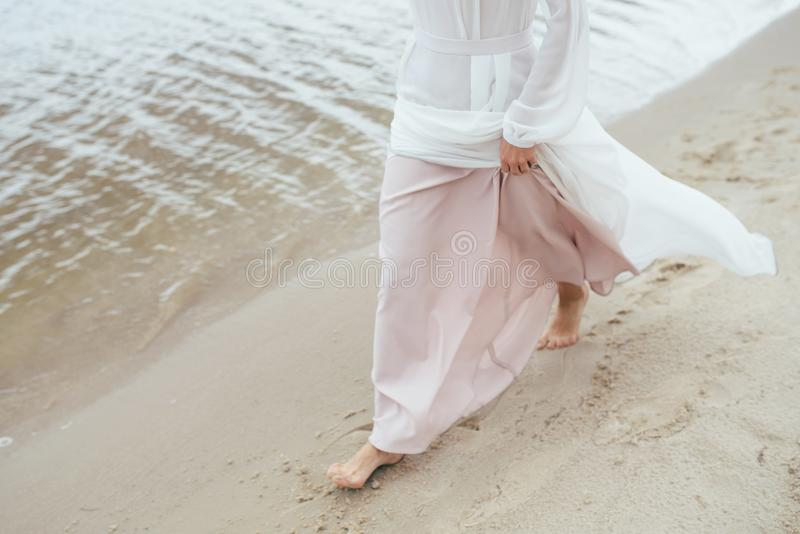 美丽的新娘在海岸的婚礼之日 免版税库存图片