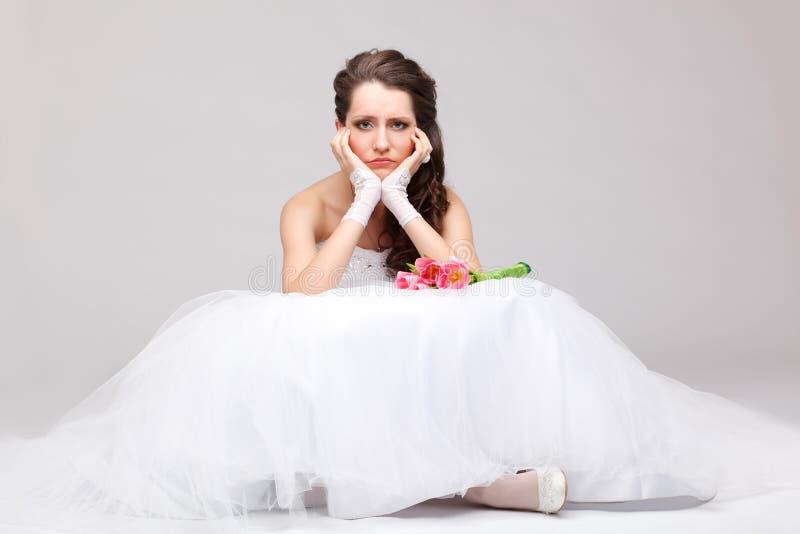 美丽的新娘坐地板 免版税库存照片