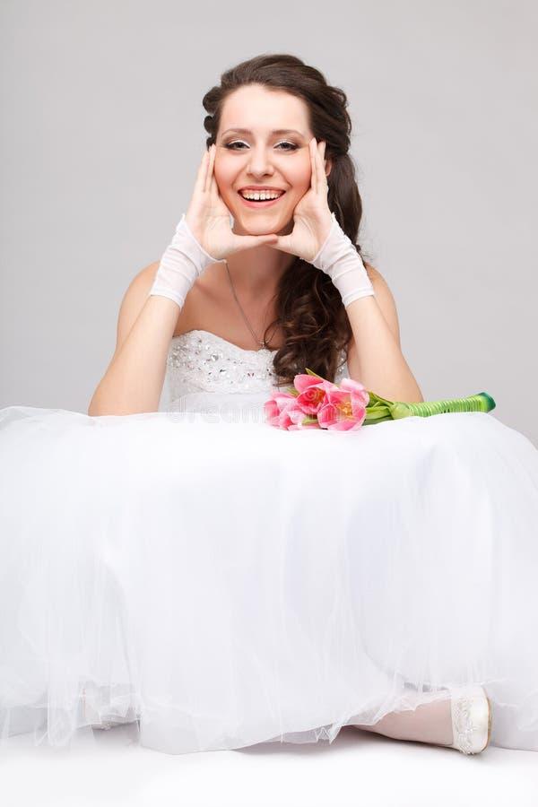 美丽的新娘坐地板 免版税图库摄影