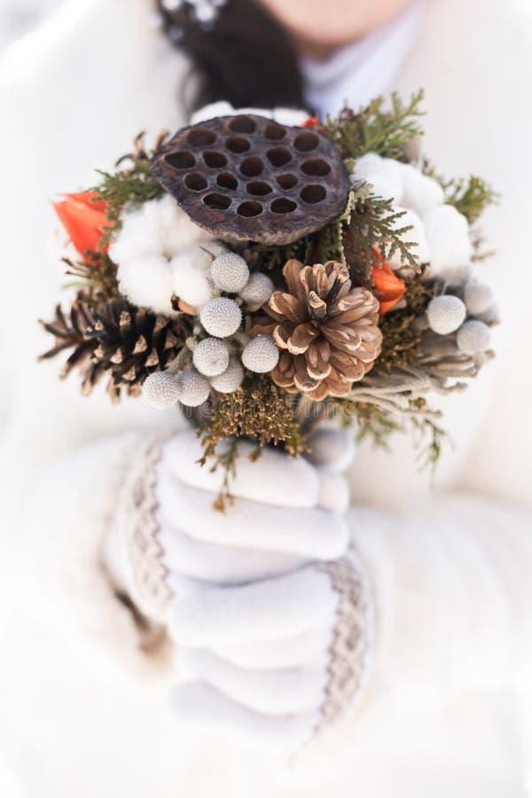 美丽的新娘婚礼花束在手上 免版税库存照片