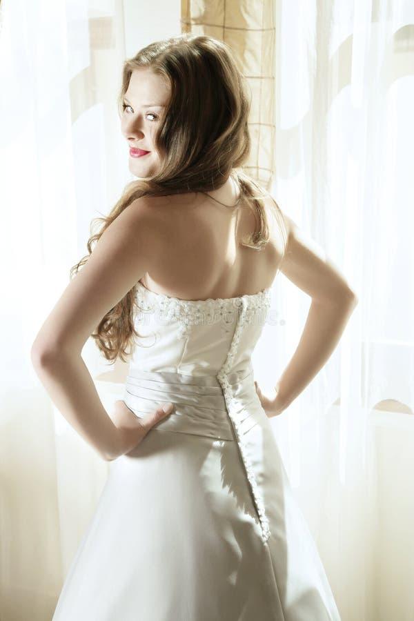 美丽的新娘微笑的年轻人 免版税图库摄影