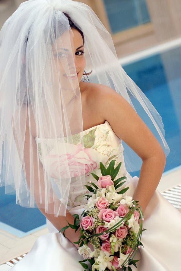 美丽的新娘微笑的白色 图库摄影