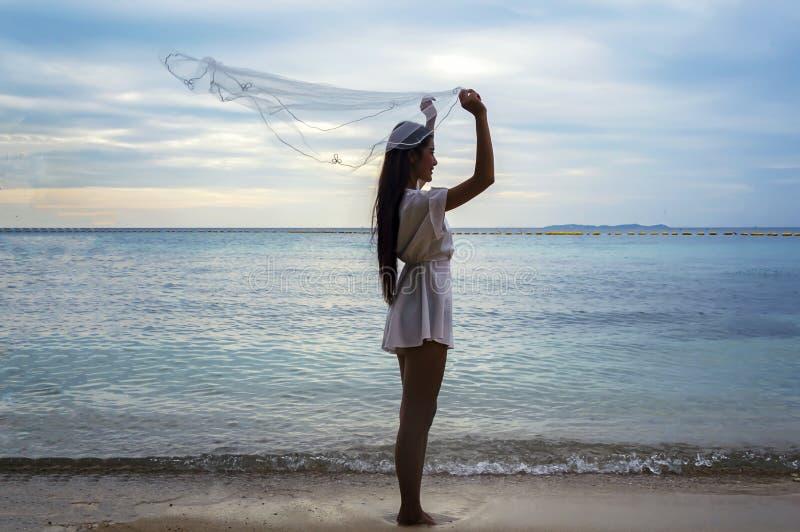 美丽的新娘户外婚礼之日在海洋海滩 免版税库存图片