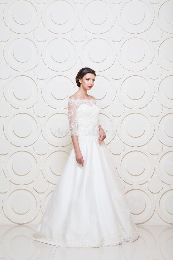 年轻美丽的新娘穿戴的婚礼礼服  免版税库存图片