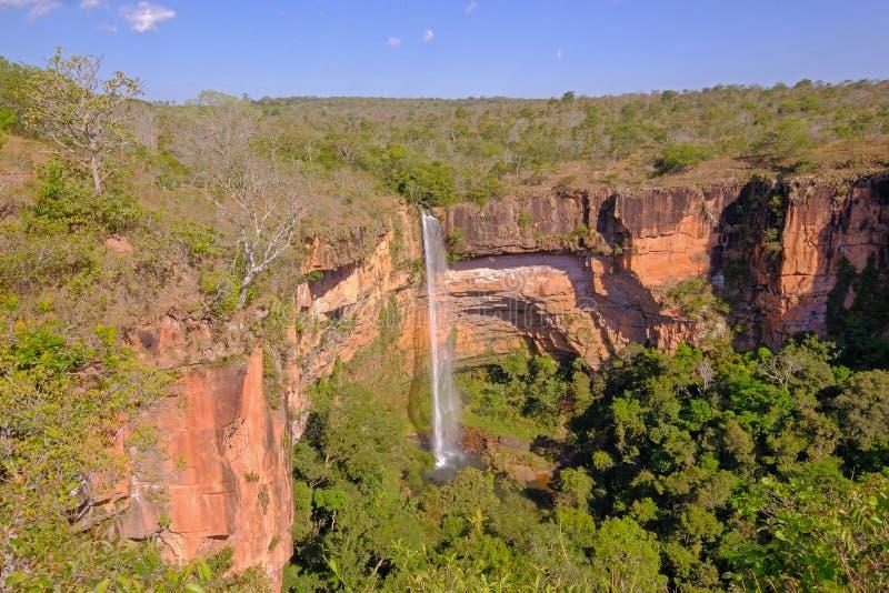 美丽的新娘面纱,Veu Da Noiva瀑布在Chapada Dos吉马朗伊什国立公园,库亚巴,马托格罗索州,巴西 库存照片