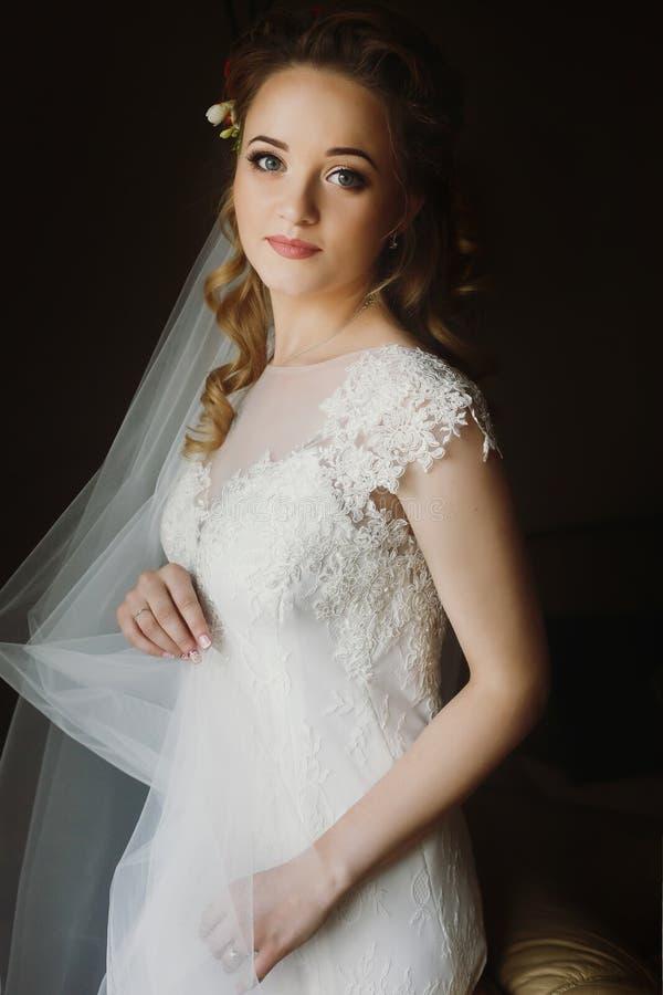 美丽的新娘,典雅的白色weddi的白肤金发的新娘画象  库存照片