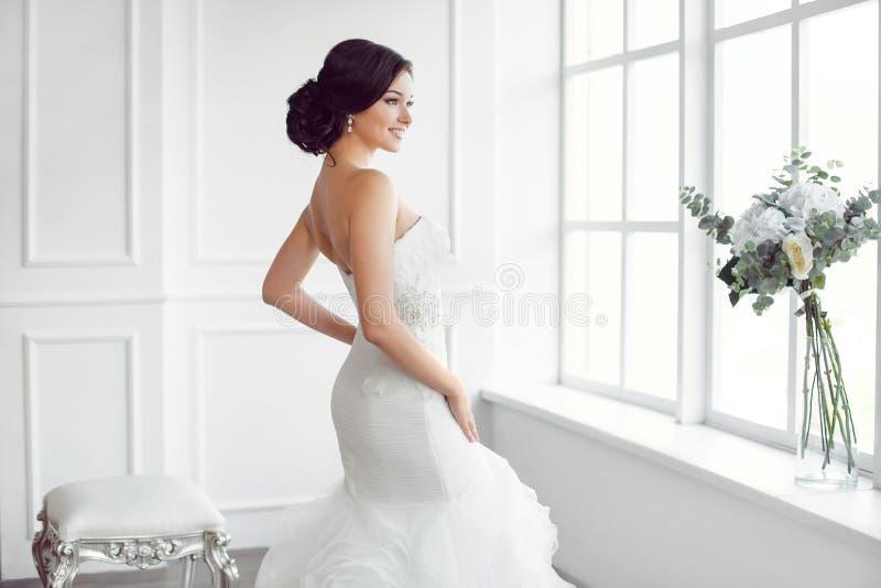 美丽的新娘 婚礼发型构成豪华时尚礼服概念 免版税图库摄影