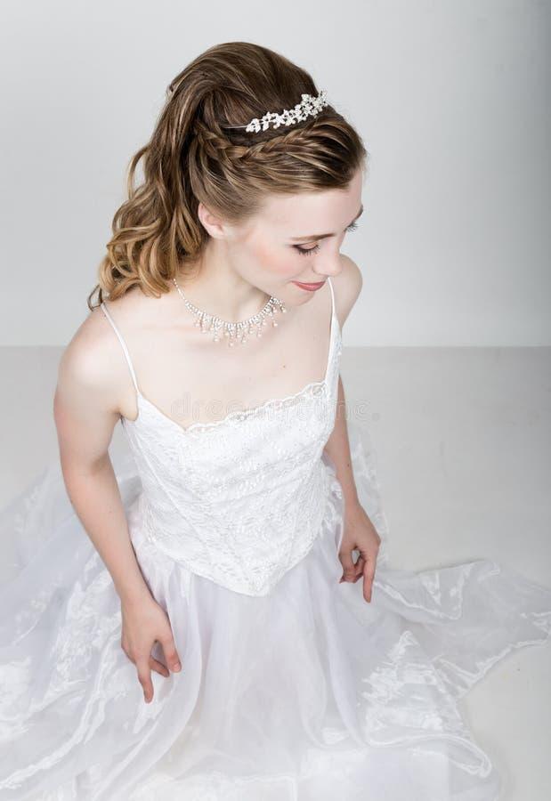 美丽的新娘滑稽摆在,表现出不同的情感 美好的新娘方式发型婚礼 滑稽的新娘 免版税库存照片