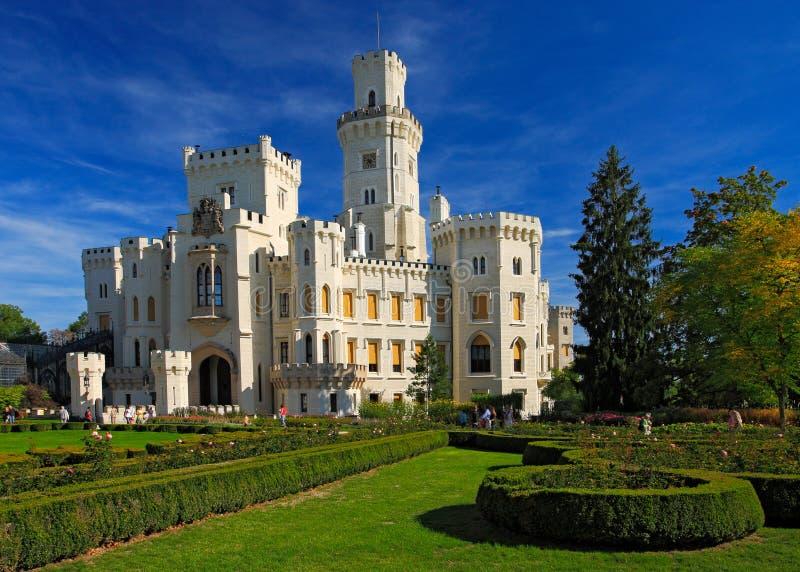 美丽的新生城堡Hluboka我捷克,有好的庭院和蓝天的 免版税库存图片
