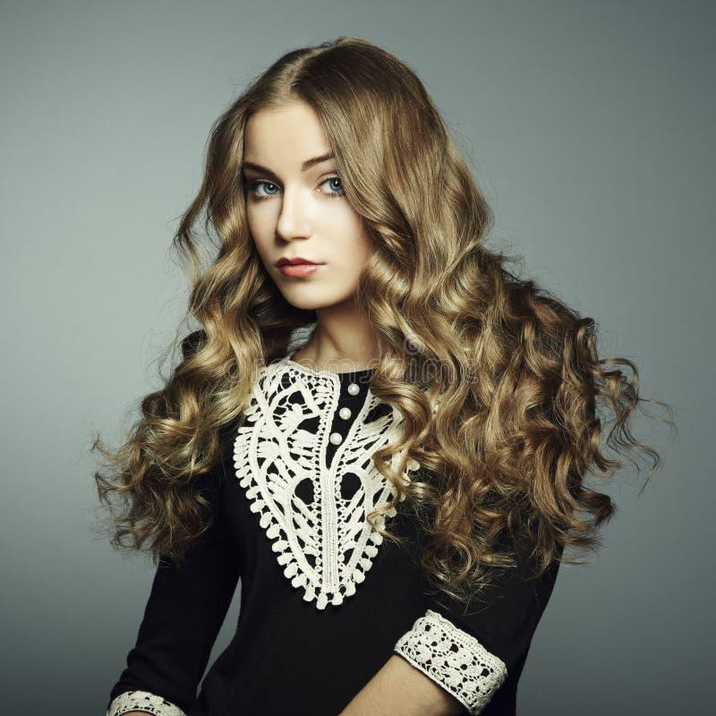 美丽的新白肤金发的女孩纵向黑色礼服的 免版税图库摄影
